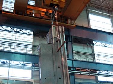 Maschinenständer einer Portalfräsmaschine am Kran