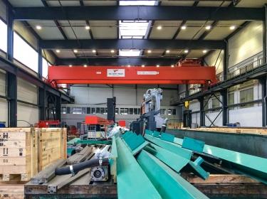 Maschinen in Einzelteilen während der Lagerung
