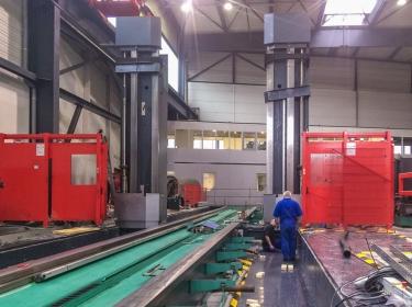 Maschinenbett und Ständer während der Montage